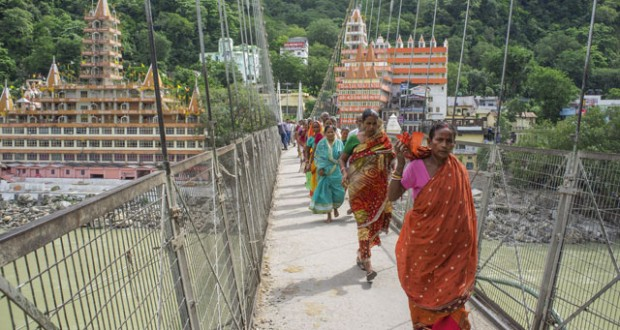 Lakshman Jhula bridge, crossing the Ganges, Rishikesh, India. Image: AWL